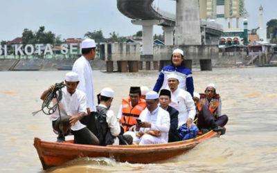Ketika TGB dan UAS Naik Perahu di Sungai Batanghari